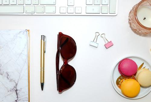 Δωρεάν στοκ φωτογραφιών με flatlay, αμυγδαλωτά, γραφείο, γυαλιά ηλίου