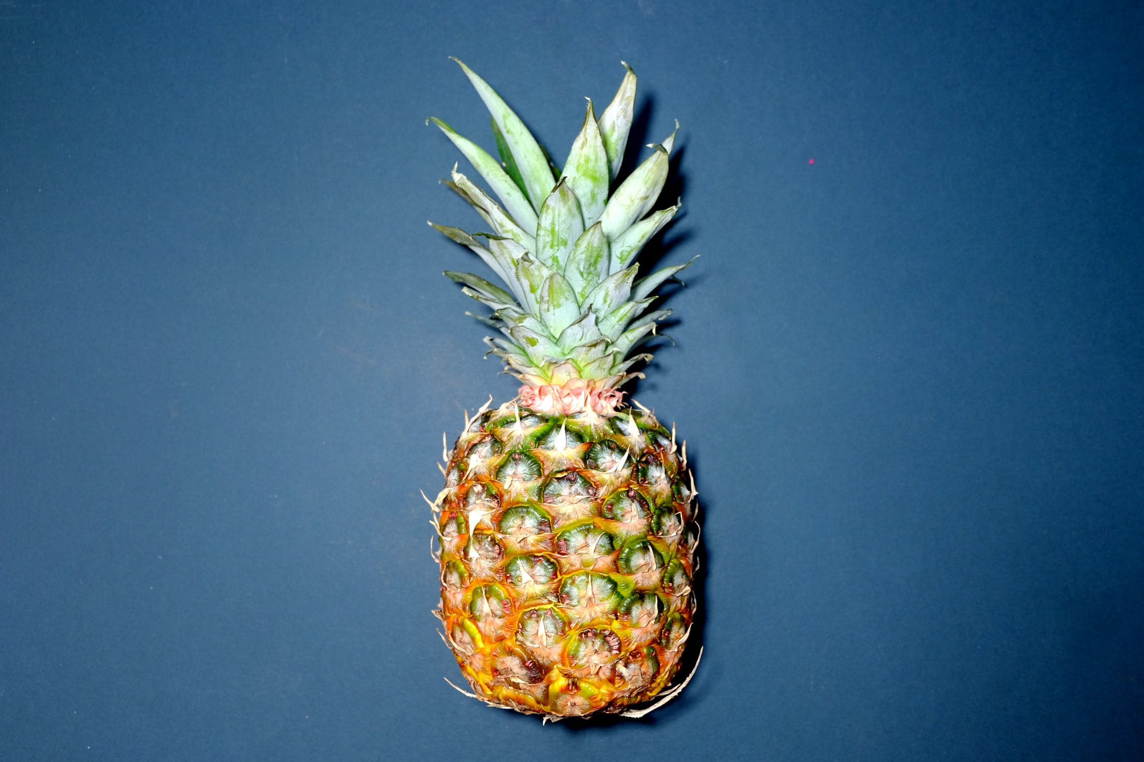 How to tell if a pineapple is ripe?