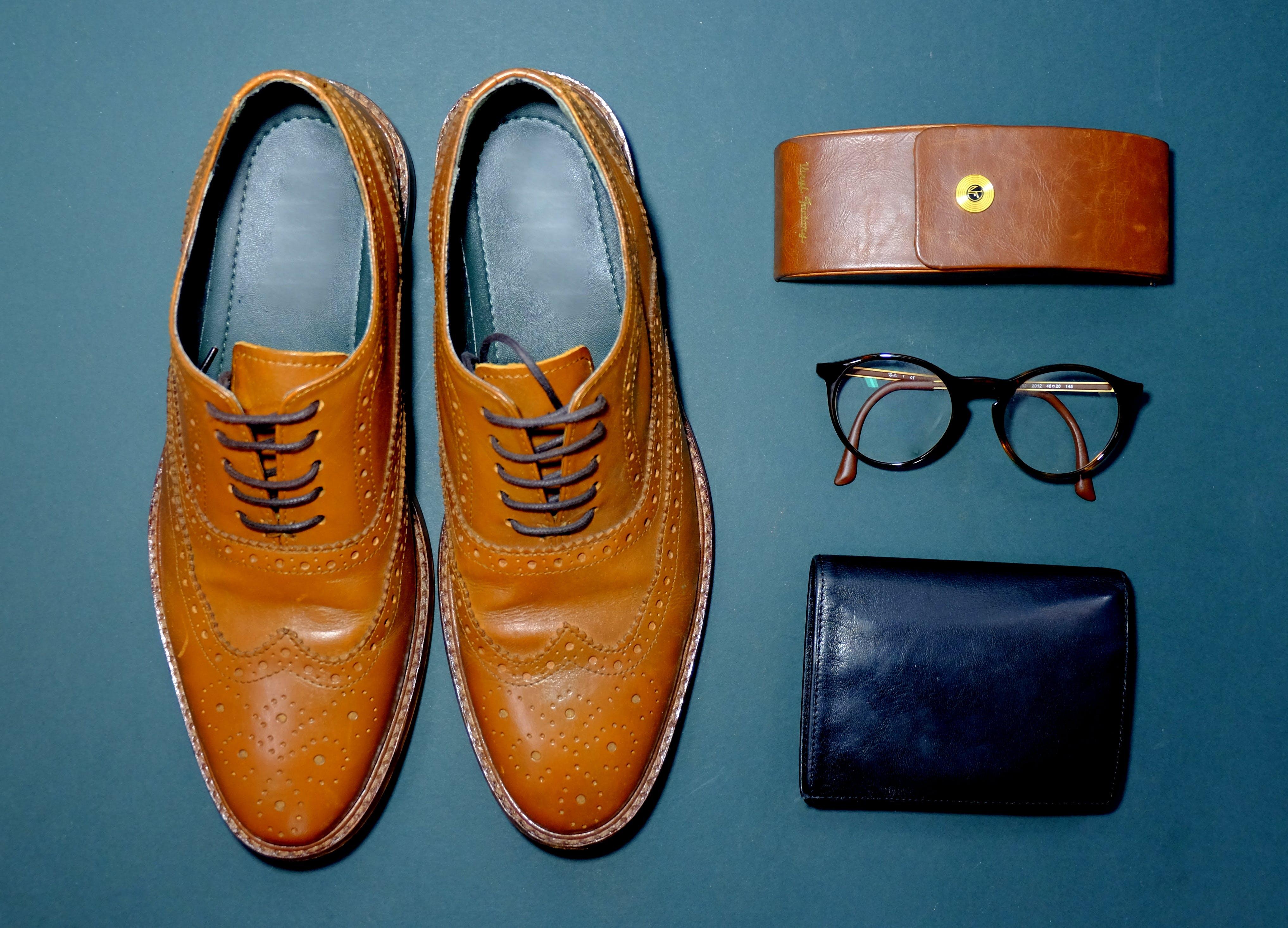Kostenloses Stock Foto zu blau, schuhe, braun, roh