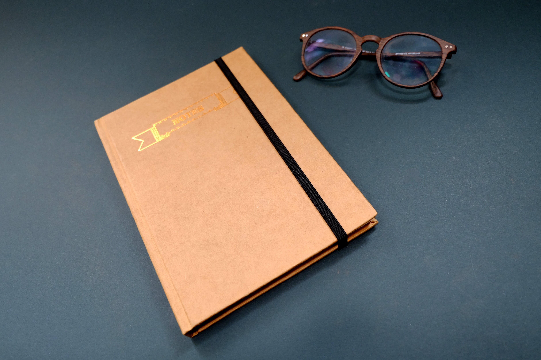 Kostenloses Stock Foto zu blau, braun, brille, flatlay