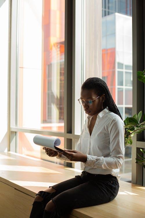 Photos gratuites de afro-américain, concentré, être assis