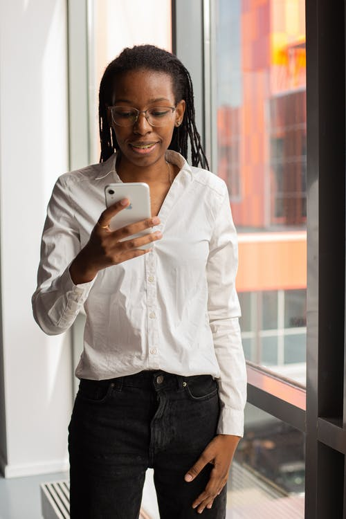 Photos gratuites de afro-américain, en utilisant le téléphone, femme noire