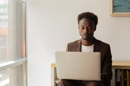 Photos gratuites de afro-américain, homme noir, nomade connecté