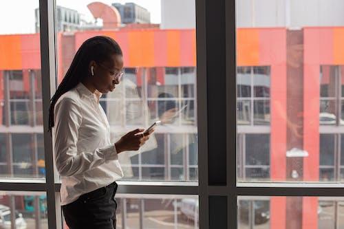Photos gratuites de afro-américain, concentré, femme noire