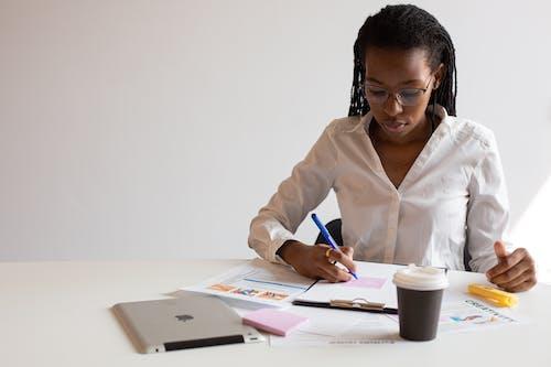 Femme En Chemise Blanche écrit Sur Papier