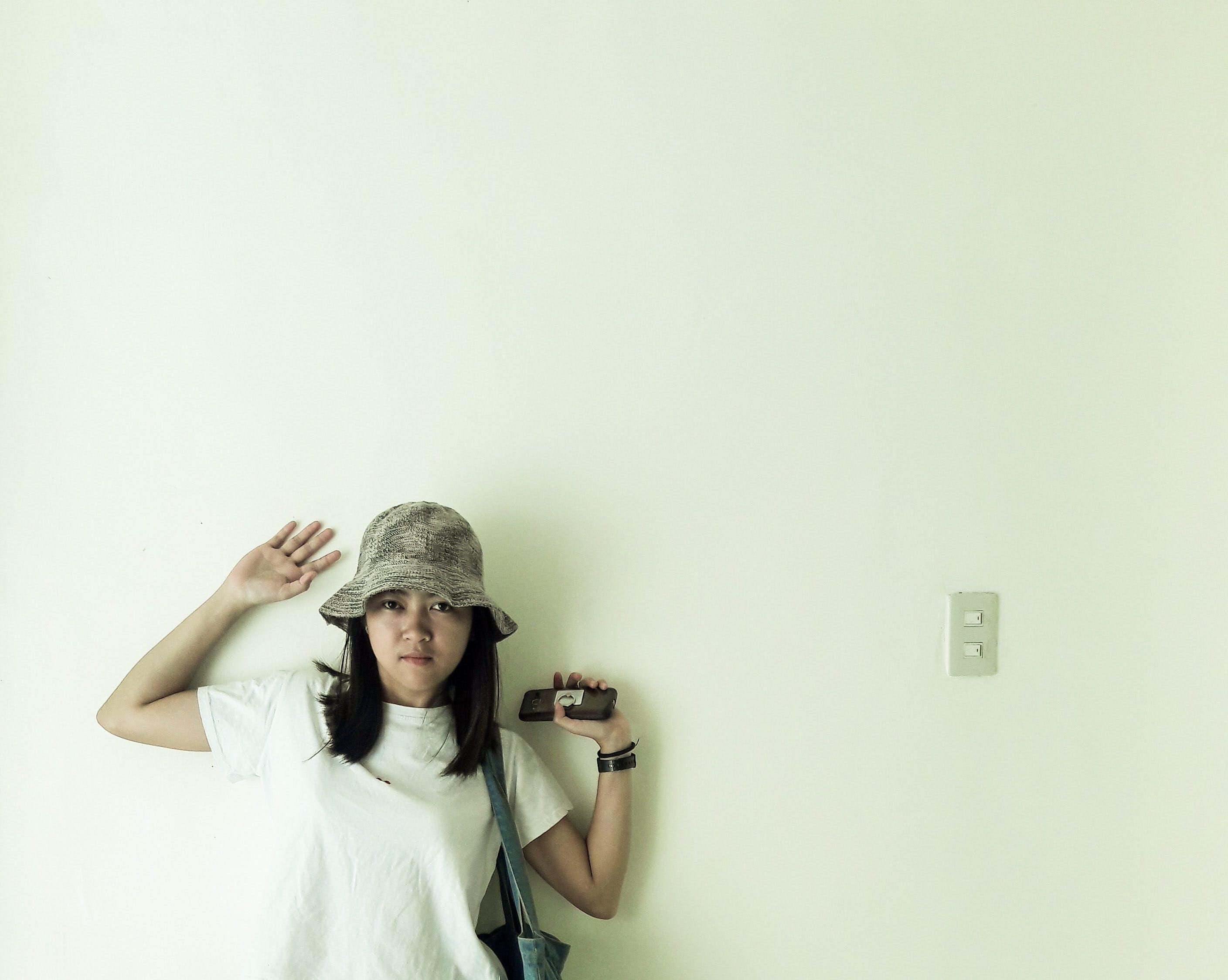 Gratis lagerfoto af chat, hvid væg, minimalisme, Pige