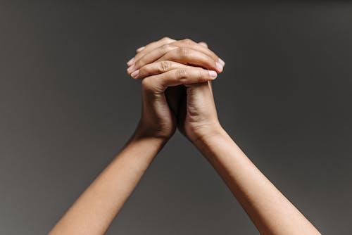 雙手緊握的人