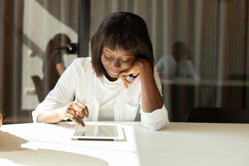 Foto stok gratis Amerika Afrika, perempuan berkulit hitam, sibuk
