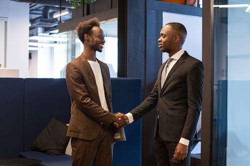 Fotos de stock gratuitas de acuerdo, afroamericano, apretón de manos