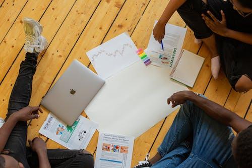 Δωρεάν στοκ φωτογραφιών με team building, δημιουργία ομάδας, έγγραφα