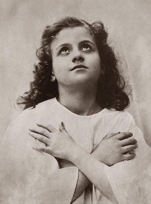 Darmowe zdjęcie z galerii z aktorka, biała sukienka, chrześcijanin