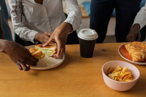 คลังภาพถ่ายฟรี ของ การกิน, การรับประทานอาหาร, บนโต๊ะไม้