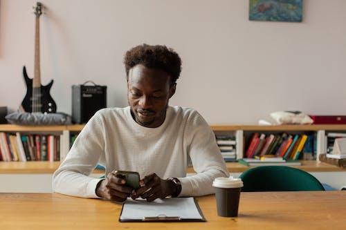 Photos gratuites de afro-américain, en utilisant le téléphone, homme noir