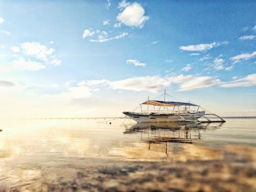 Foto profissional grátis de água, águas calmas, barco, beira-mar