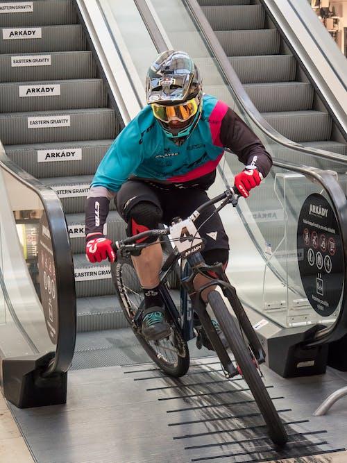 Foto d'estoc gratuïta de baixada, bici de muntanya, bicicleta de muntanya, casc de cara completa