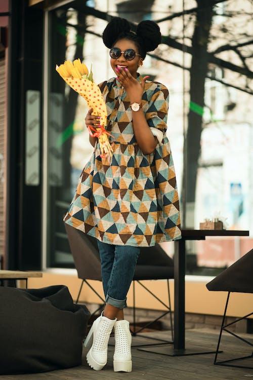 afro-amerikai nő, arckifejezés, beltéri