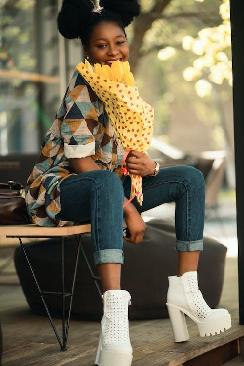 Бесплатное стоковое фото с афро-американка, девочка, джинсы, дневной свет