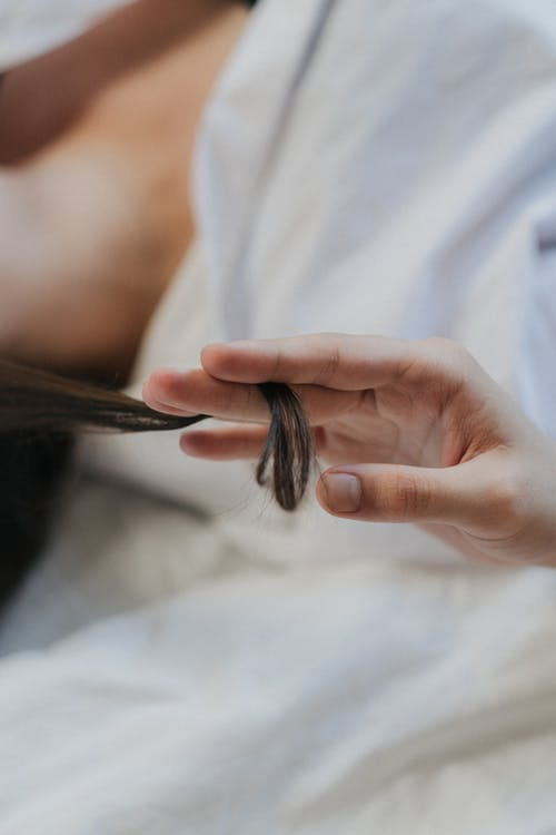 Fotos de stock gratuitas de dedos, mano, mechón de pelo