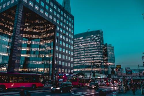 Безкоштовне стокове фото на тему «автобуси, автомобілі, архітектура, будівлі»