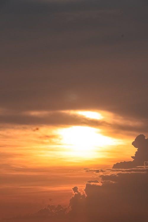 Darmowe zdjęcie z galerii z ciemne chmury, kolor zachodu słońca, niebo zachód słońca
