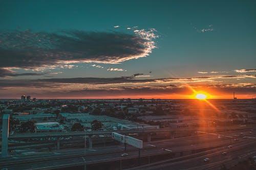 Ilmainen kuvapankkikuva tunnisteilla auringonlasku, auringonsäteet, aurinko, autot