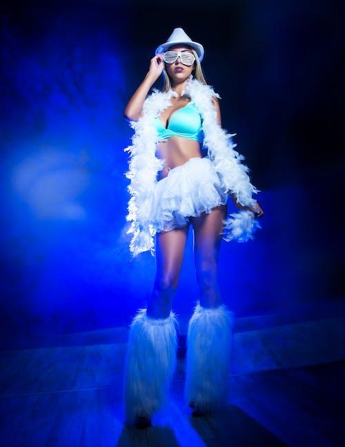 Foto profissional grátis de azul, modelo, modelo feminino, neblina