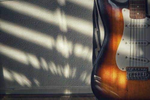 Безкоштовне стокове фото на тему «#instruments, #minimalism #minimalist #shadows #music #guitar»