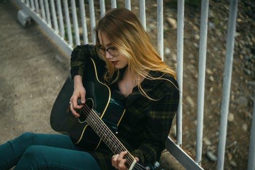 人, 原聲吉他, 樂器 的 免费素材图片