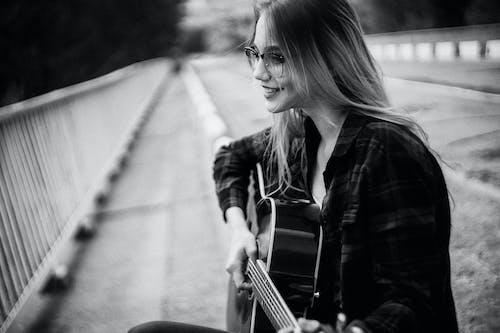 人, 原聲吉他, 握住 的 免费素材图片