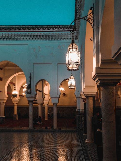 bina, ışıklar, kemerler, kolonlar içeren Ücretsiz stok fotoğraf