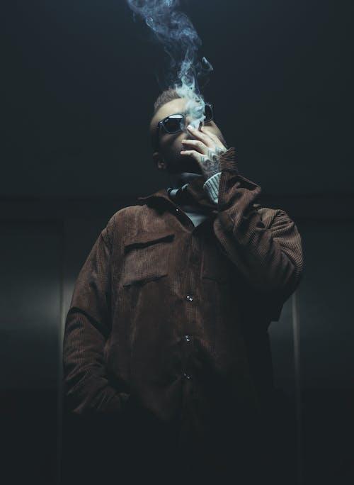 갈색 코트, 남자, 담배를 피우는의 무료 스톡 사진