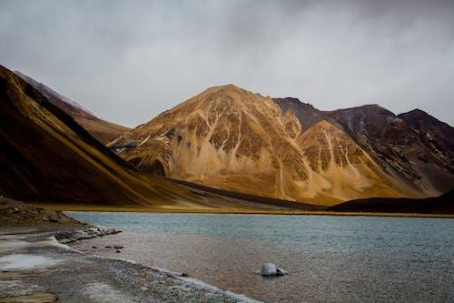 Photos gratuites de bord de lac, cailloux, ciel, ciel nuageux
