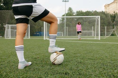 Ảnh lưu trữ miễn phí về áo sơ mi màu hồng, bóng đá, chân