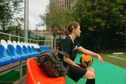 Fotos de stock gratuitas de atleta, balón de fútbol, bancos