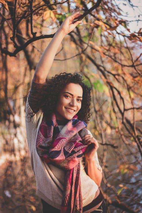Kostnadsfri bild av flicka, ha på sig, kvinna, leende