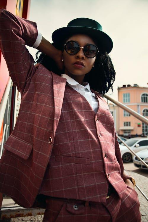 Безкоштовне стокове фото на тему «автомобілі, афро-американська жінка, верхній одяг, волосина»