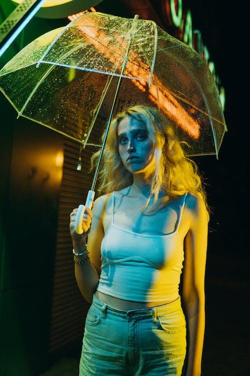 Fotobanka sbezplatnými fotkami na tému blond vlasy, dážď, dáždnik