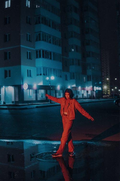 Δωρεάν στοκ φωτογραφιών με βροχή, γυναίκα, δρόμος
