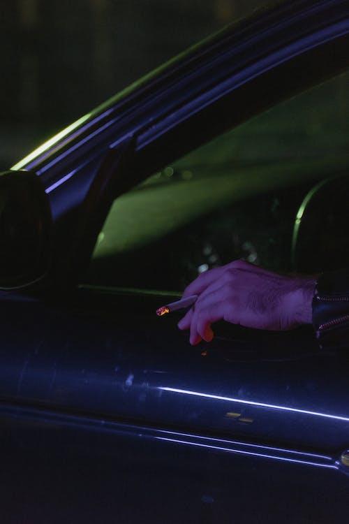 Foto profissional grátis de adulto, ao ar livre, automóvel