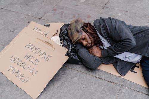 Kostenloses Stock Foto zu armut, augen geschlossen, draußen