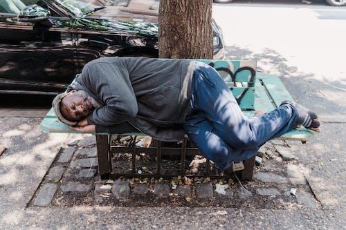Kostnadsfri bild av afroamerikansk man, bänk, gata