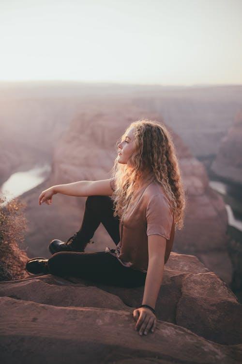 Gratis stockfoto met andere kant op kijken, bergtop, blanke vrouw