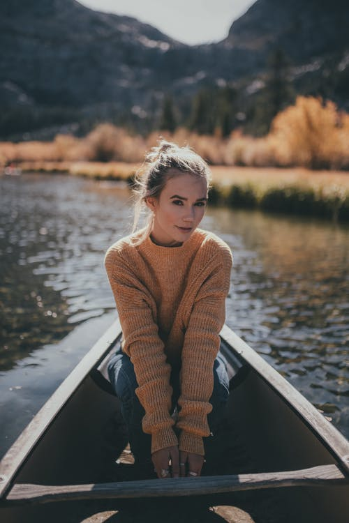 Gratis stockfoto met berg, blanke vrouw, boot