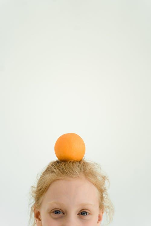 Безкоштовне стокове фото на тему «апельсин, вертикальні постріл, дивлячись на камеру»