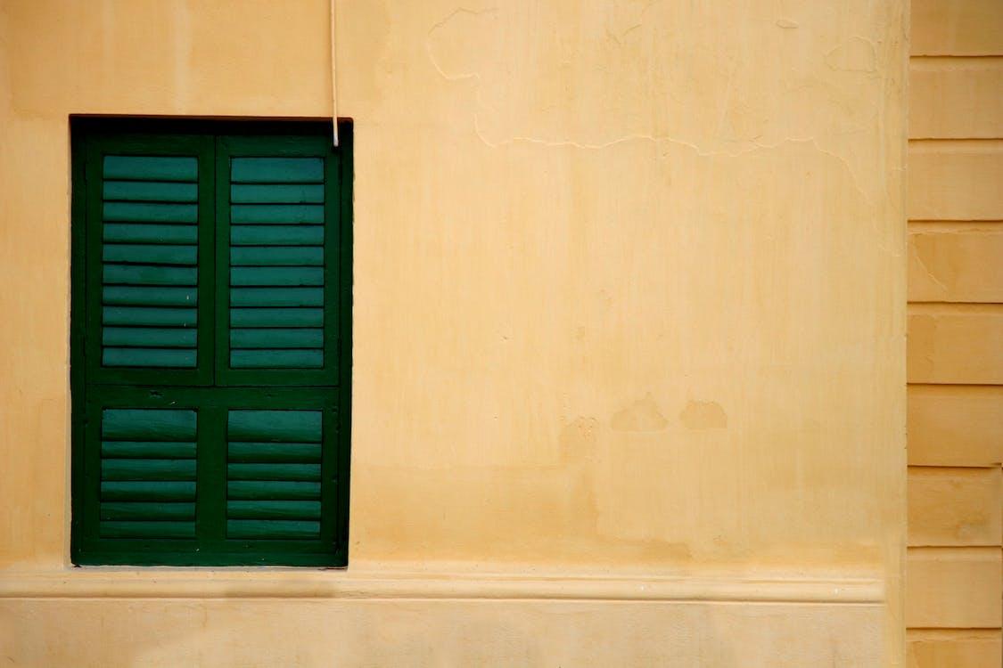 Ảnh lưu trữ miễn phí về bức tường màu vàng, cửa sổ, cửa sổ xanh