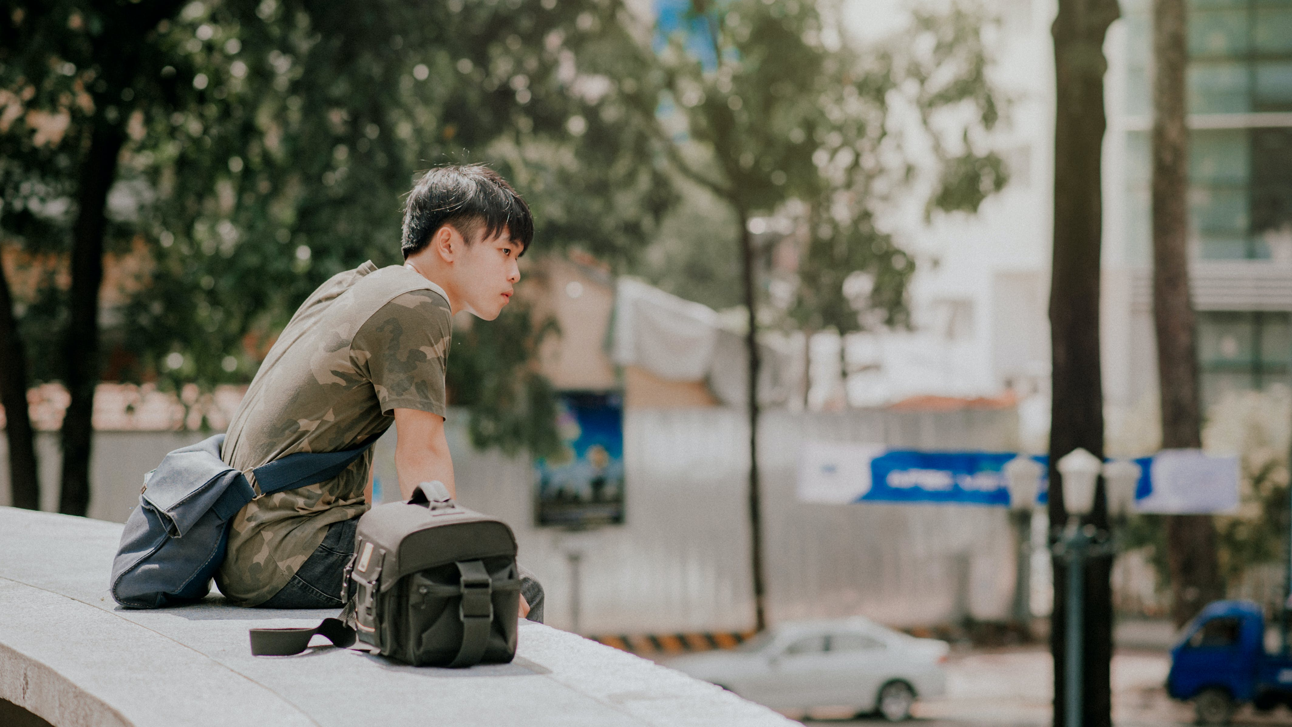 asiatisk mand, biler, by