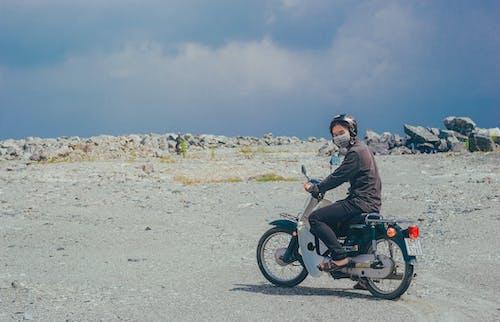 Бесплатное стоковое фото с дневное время, каска, колеса, молодой