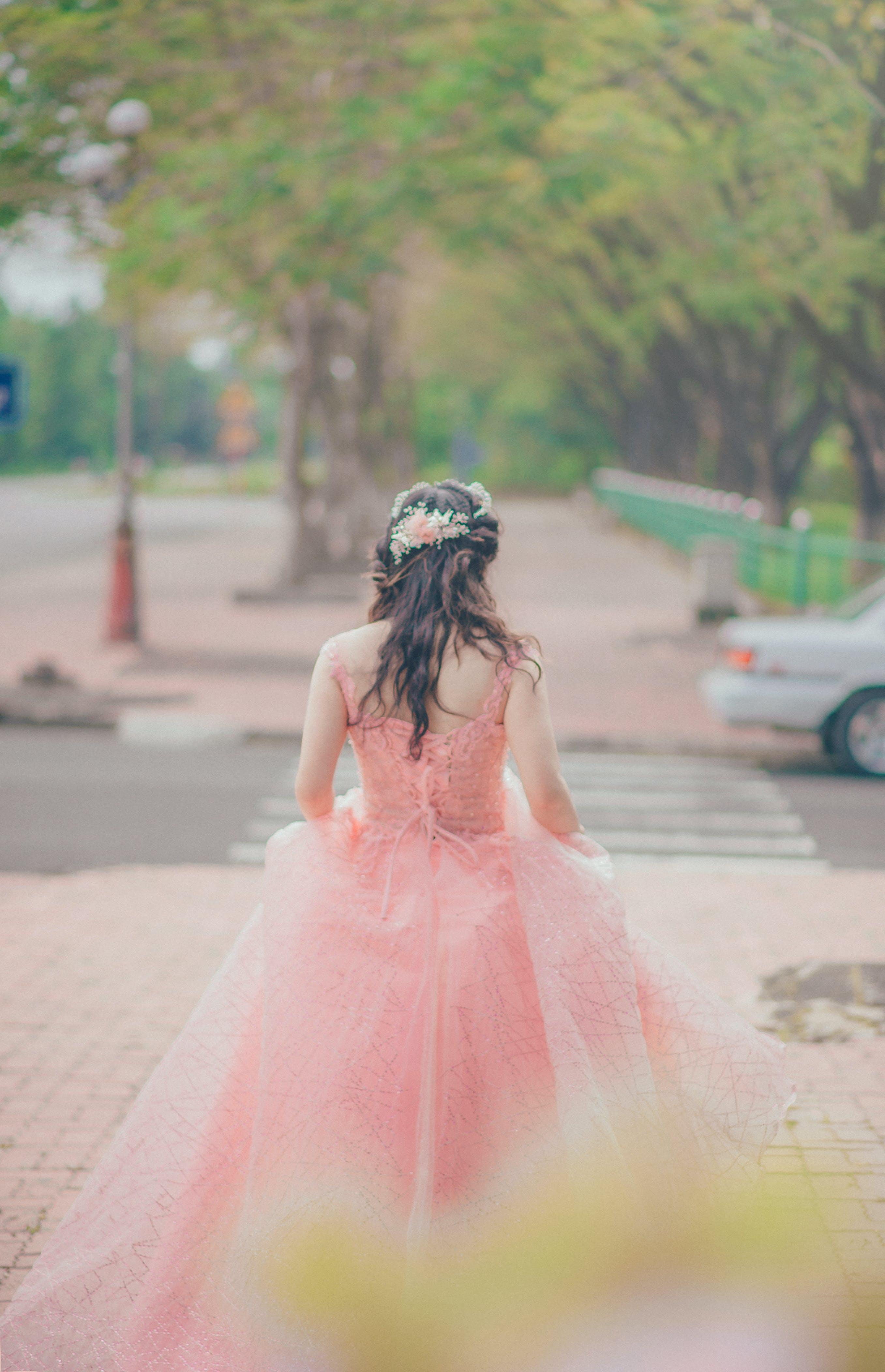 Gratis lagerfoto af fotosession, frisure, gade, kjole