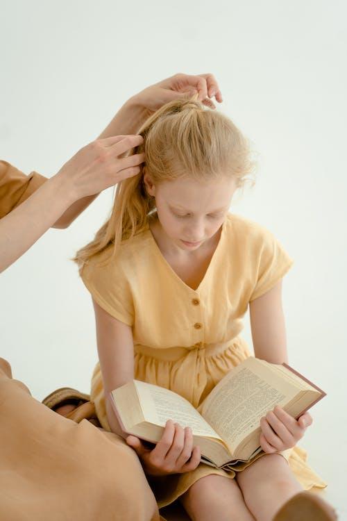 Fotobanka sbezplatnými fotkami na tému biele pozadie, byť spolu, čítanie