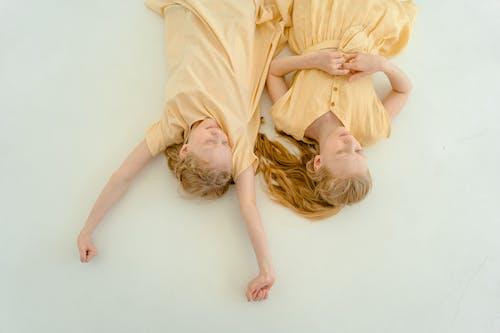 Fotobanka sbezplatnými fotkami na tému blond vlasy, byť spolu, detstvo